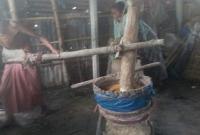 স্ত্রীকে-নিয়ে-জোয়াল-টেনে-সংসার-চালান-৭০-বছরের-বৃদ্ধ-