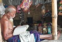 দোকানে-ক্রেতা-না-থাকলেই-কুরআন-তেলাওয়াতে-সময়-কাটান-৯০-বছরের-মতি