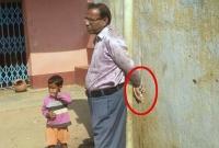 সময়মতো-স্কুলে-যাননি-প্রধান-শিক্ষক-খুঁটির-সঙ্গে-বেঁধে-রাখল-এলাকাবাসী