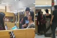 গুলশানের-আড়ং-শো-রুমে-কেনাকাটা-করছেন-মিথিলার-পরিবারসহ-সৃজিত