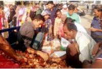 ৪৫-টাকার-পেঁয়াজ-কিনতে-হুমড়ি-খেয়ে-পড়ছেন-মানুষ