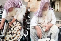 মসজিদের সামনে বসে ফ্রিতে নামাজিদের চা ও মিষ্টান্ন পরিবেশন করেন এ বৃদ্ধ