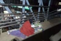 সুমধুর কণ্ঠে ল্যাম্প পোস্টের আলোয় কুরআন তেলাওয়াত করছেন এক বৃদ্ধা