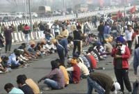 দিল্লিতে-আন্দোলনরত-প্রতিবাদী-কৃষকদের-মুখে-খাবার-তুলে-দিচ্ছেন-মুসলিম-যুবকরা
