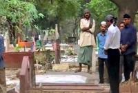 দিল্লি-গিয়ে-মা-বাবার-কবরে-সময়-কাটালেন-শাহরুখ-খান